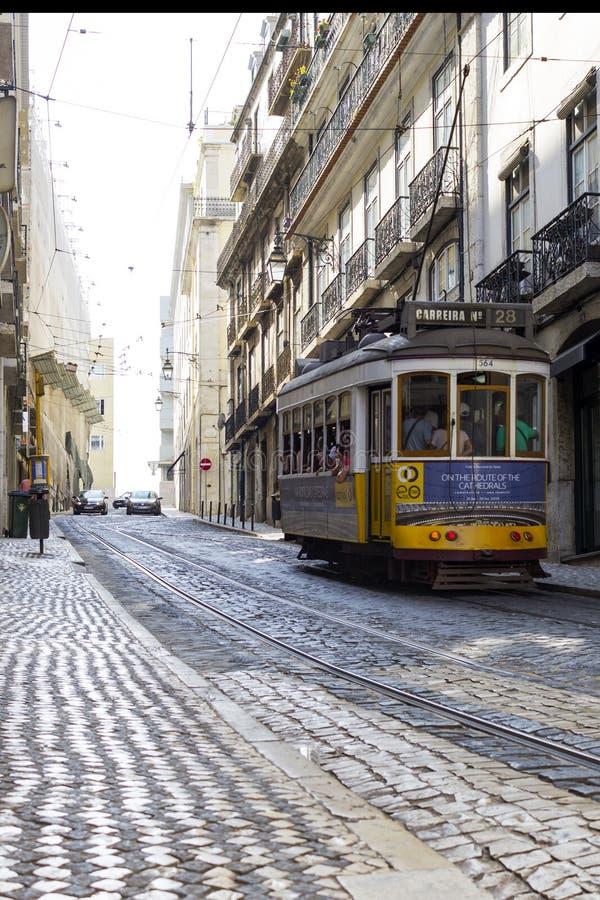 LISBON PORTUGALIA, WRZESIEŃ, - 4, 2018: Sławni Starzy tramwaje na ulicie Lisbon Rocznika tramwaj w Lisbon, Portugalia w lecie zdjęcia royalty free