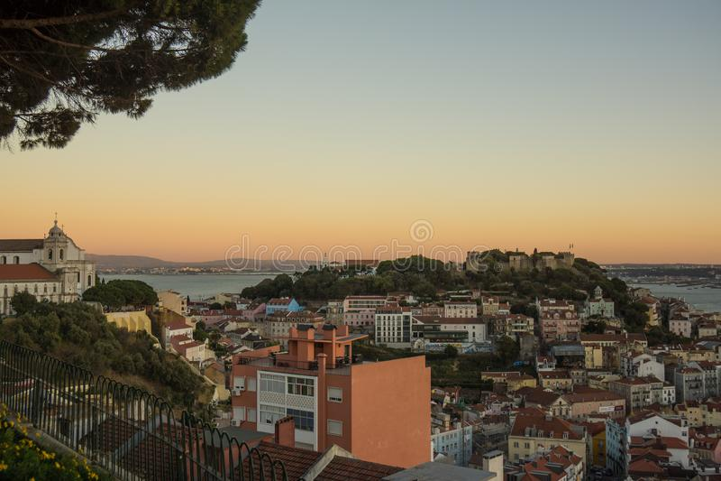 Lisbon punkt widzenia zmierzch nad dachami fotografia royalty free