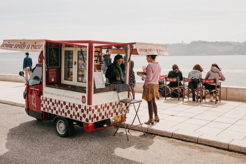 Lisbona, il 18 giugno 2018: Vendita di vino sulla via della città sul lungomare nell'area di Belem Commercio di via locale immagini stock