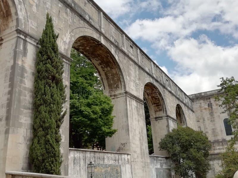 Lisbona l'acqua carrrying del aquaduct fotografia stock
