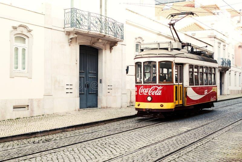 Lisbona, Portogallo - 19 gennaio 2016 - numero giallo tipico del tram fotografia stock