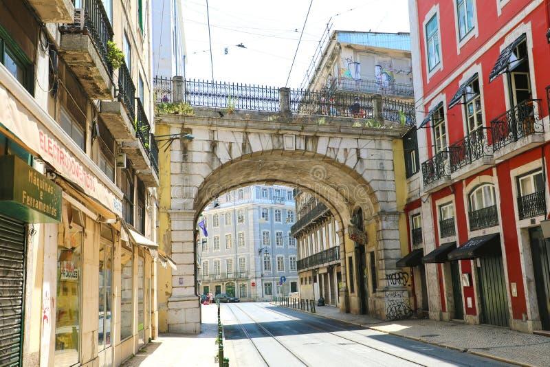 LISBONA, PORTOGALLO - 24 GIUGNO 2018: rua de S Via di Paulo con il modo del portone del viadotto con la linea tranviaria, Lisbona immagini stock