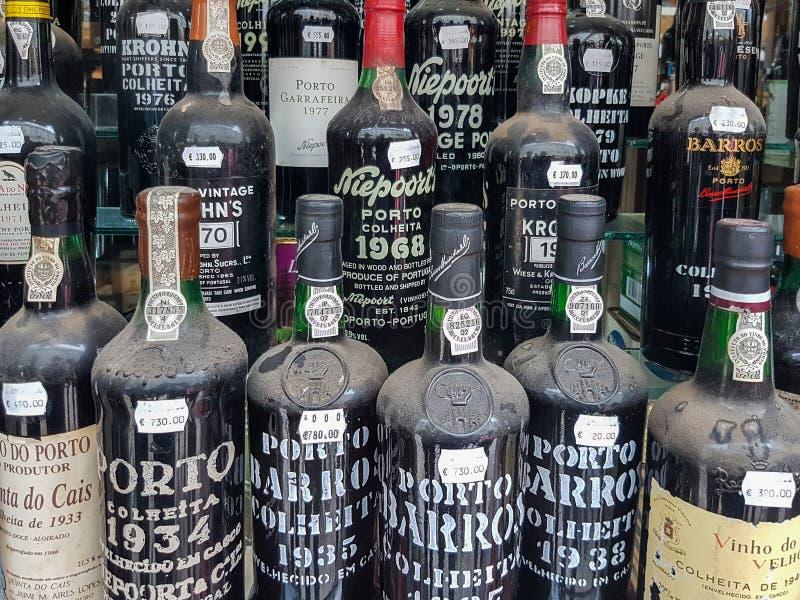 Lisbona, Portogallo - 24 10 2016 - La finestra del negozio con il vecchio vino di Oporto imbottiglia Rua Augusta immagini stock libere da diritti