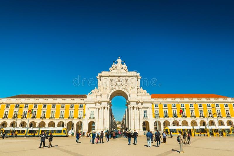Lisbona, Portogallo: La vista del Arco da Rua Augusta su Praça fa Comércio nel centro di Lisbona fotografia stock