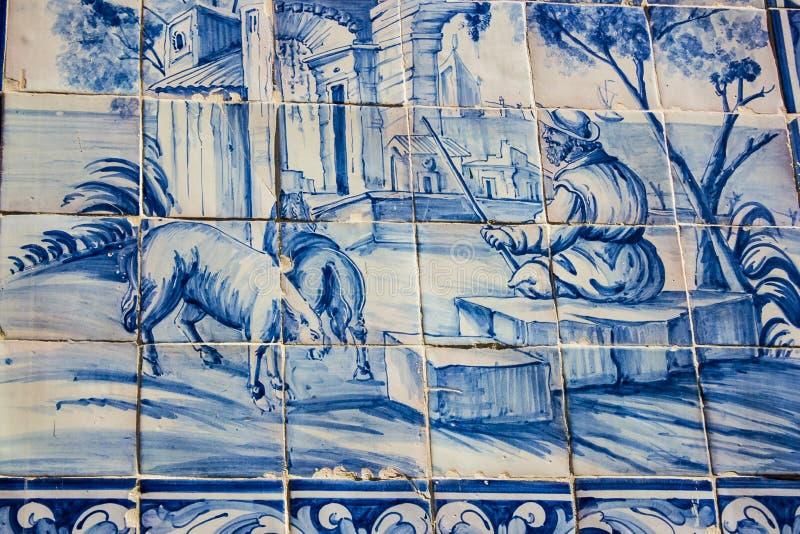 Lisbona, Portogallo: le mattonelle della via con i motivi bucolici in Alfama dividono immagini stock libere da diritti