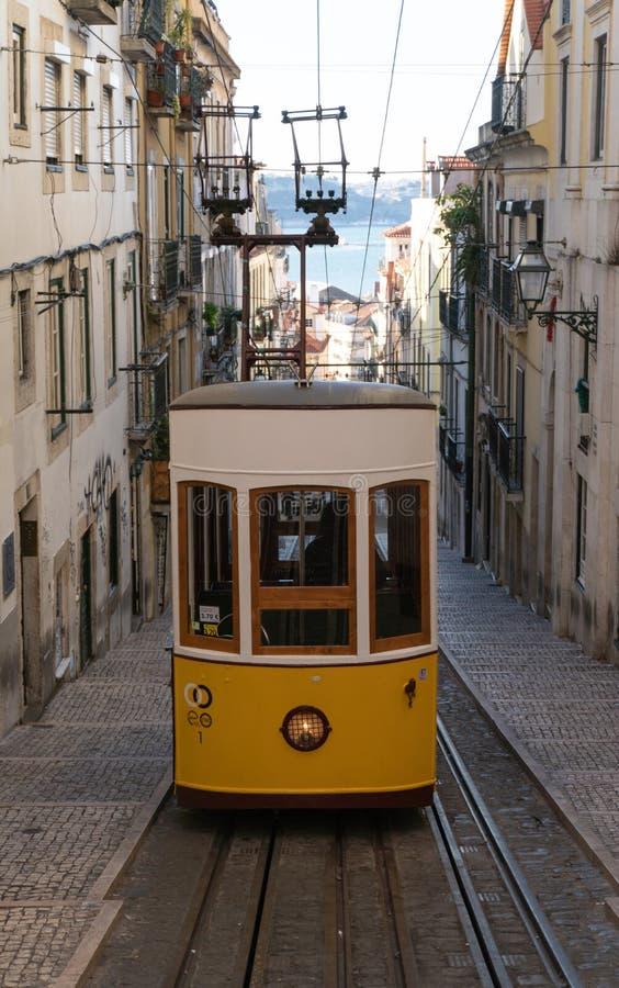 Lisbona, Portogallo - novembre 14,2017 - fine sul colpo del tram a Lisbona Portogallo fotografia stock libera da diritti