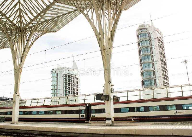 Lisbona, Portogallo: Stazione ferroviaria (orientale) di Oriente e costruzioni moderne immagini stock