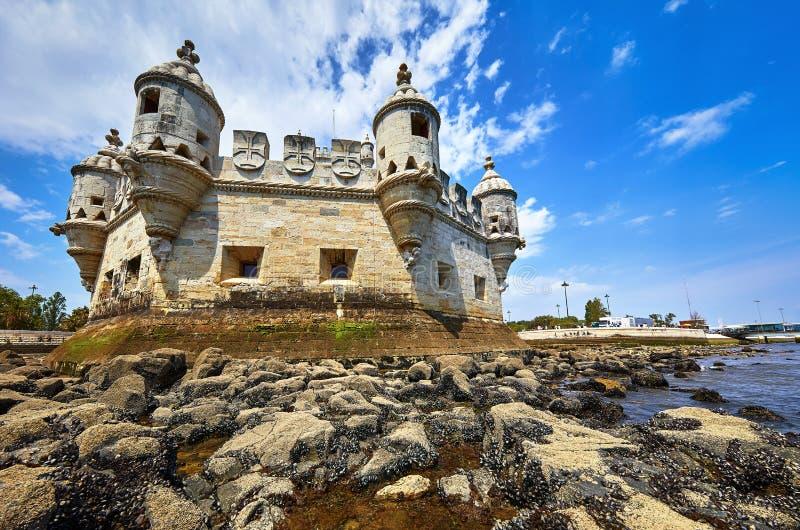 Lisbona, Portogallo Torre Belem alla costa immagine stock