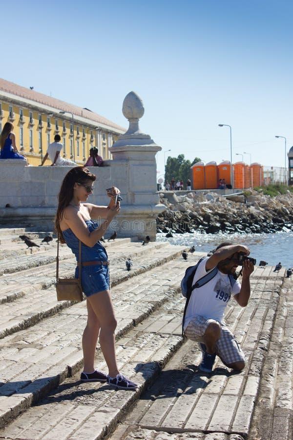 LISBONNE - 10 JUILLET 2014 : Les touristes prenant des photos sur Praca font l'arrivant photos libres de droits