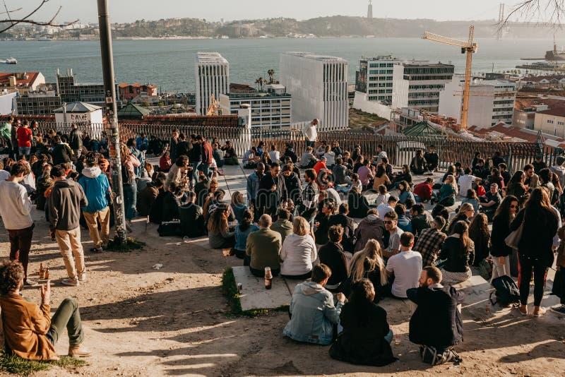 Lisbonne, le 1er mai 2018 : Beaucoup de jeunes des personnes, des touristes et des migrants locaux sur la plate-forme de surveill photographie stock libre de droits