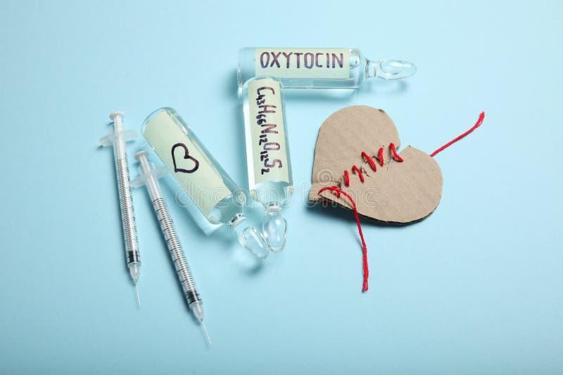 An?lise e descoberta do amor Hormona do Oxytocin nas ampolas Cora??o quebrado foto de stock