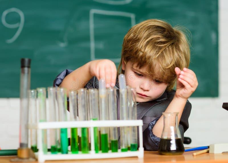 An?lise qu?mica Qu?mica do estudo da crian?a Biotecnologia e farm?cia Aluno do g?nio Conceito da instru??o wunderkind imagem de stock royalty free