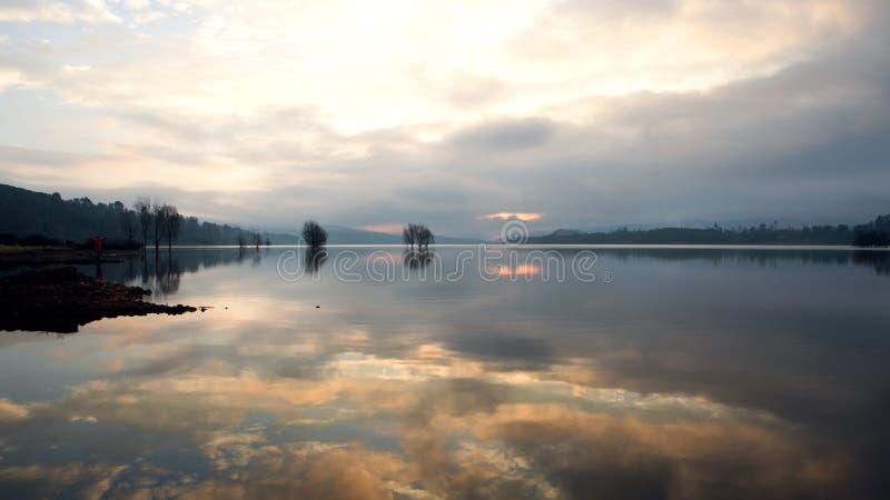 lisez le lac photo libre de droits
