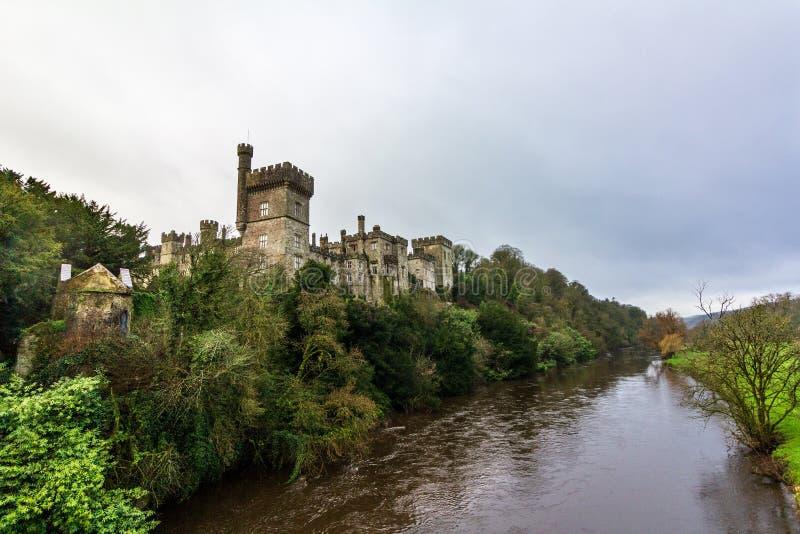 Lismore Castle όπως βλέπει από τον ποταμό της Μπλακγουότερ κατωτέρω στοκ φωτογραφία