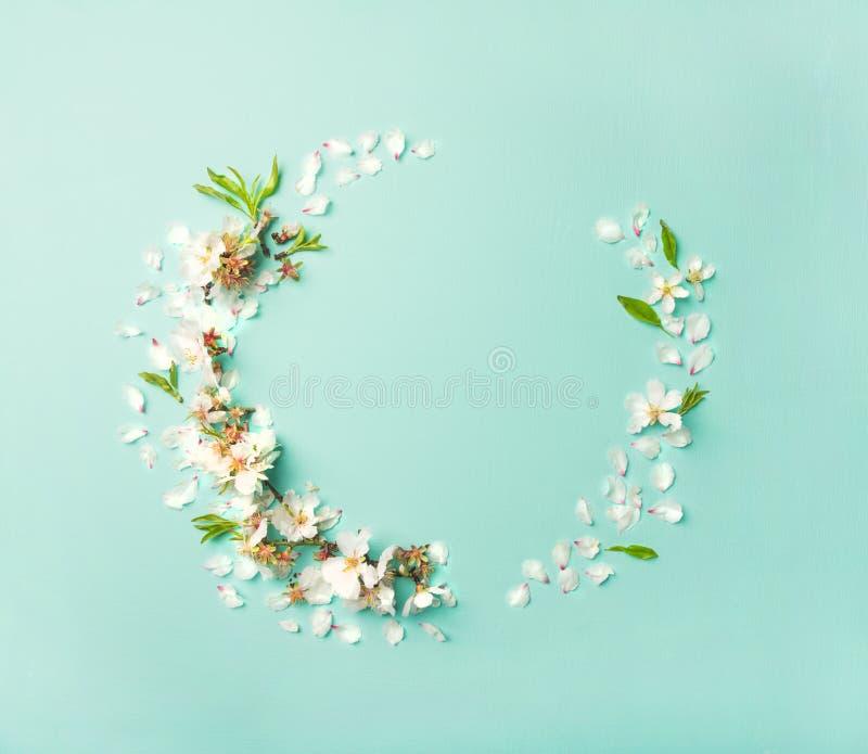 Liso-configuração da grinalda branca das flores da flor da amêndoa foto de stock royalty free