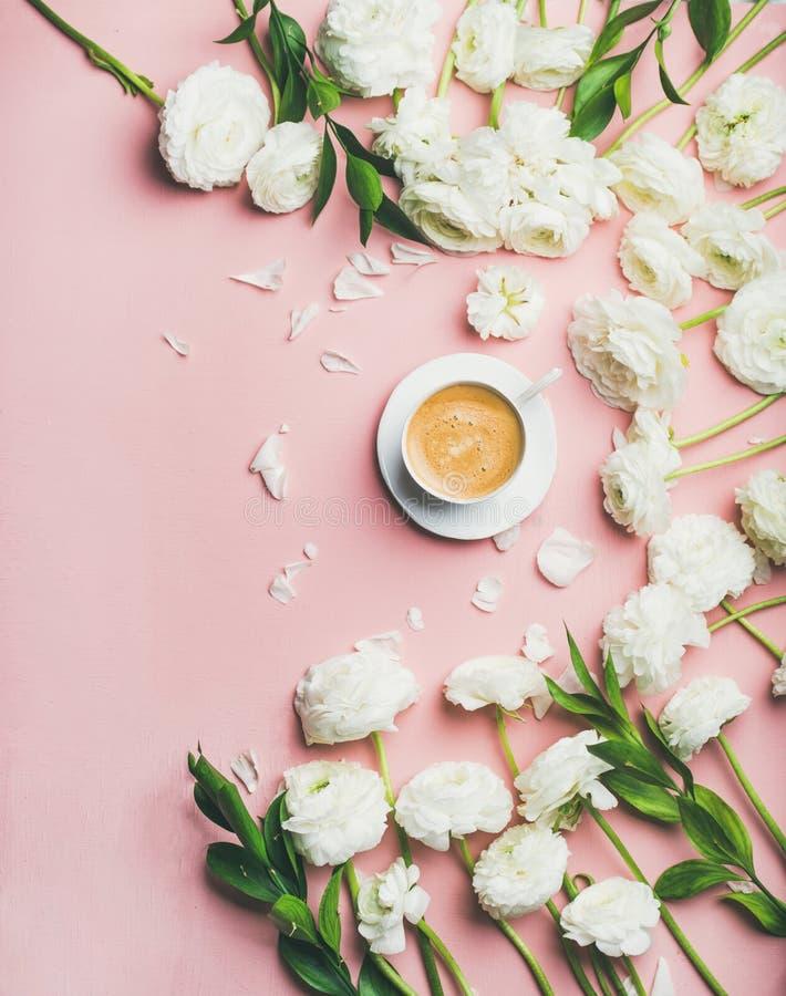 a Liso-configuração da xícara de café e do ranúnculo floresce, espaço da cópia fotografia de stock royalty free