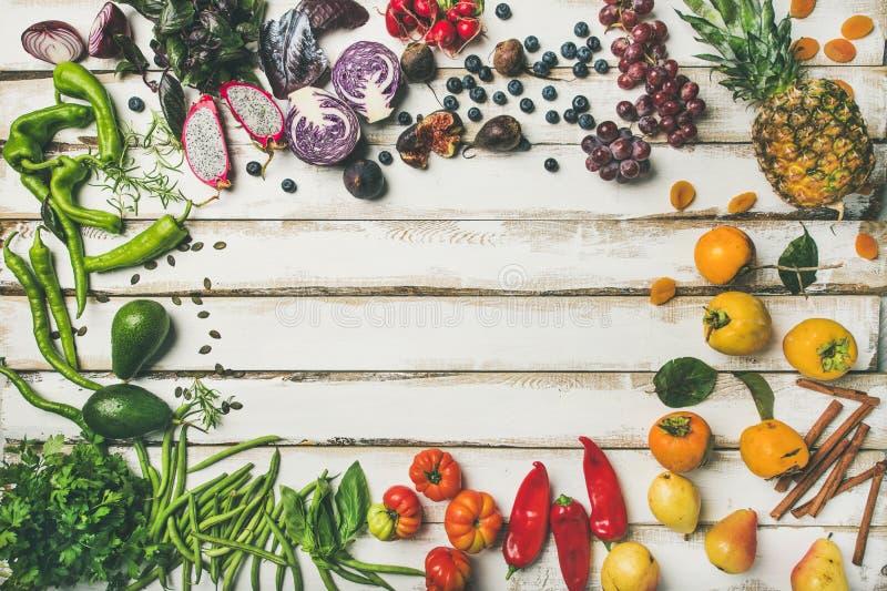 Liso-configuração do fruto fresco, dos vegetais, dos verdes e dos superfoods fotos de stock royalty free