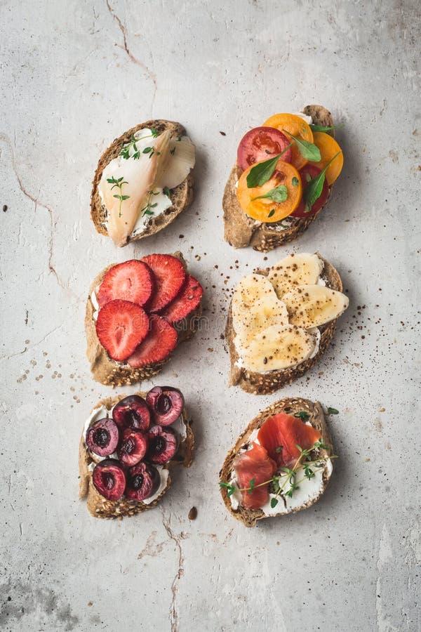 Liso-configuração saudável do café da manhã de brindes do vegetariano Conceito limpo do alimento comer Vista superior Copie o esp fotos de stock royalty free