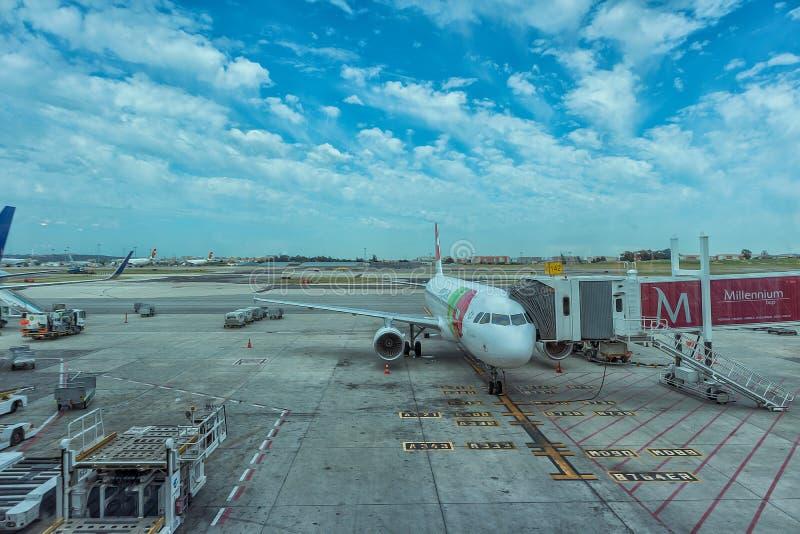LISSABON AIRPORT/PORTUGAL - 21 MAJ 2017 - hyvla på förklädet arkivfoton