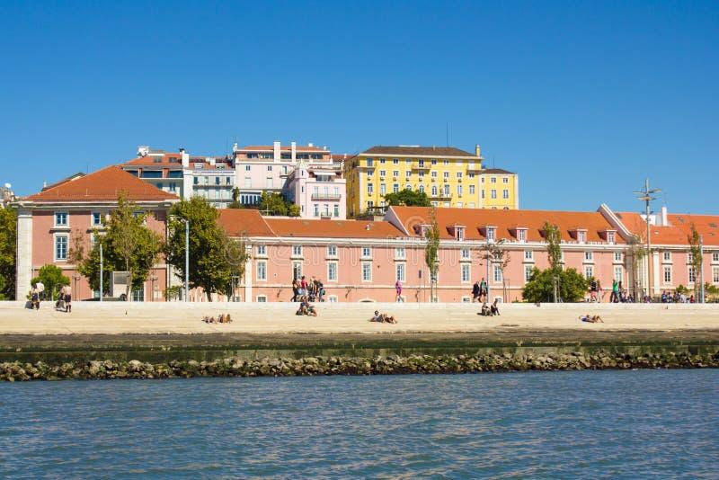 Lissabon de stad in, waterkant in Ribeira das Naus royalty-vrije stock afbeeldingen