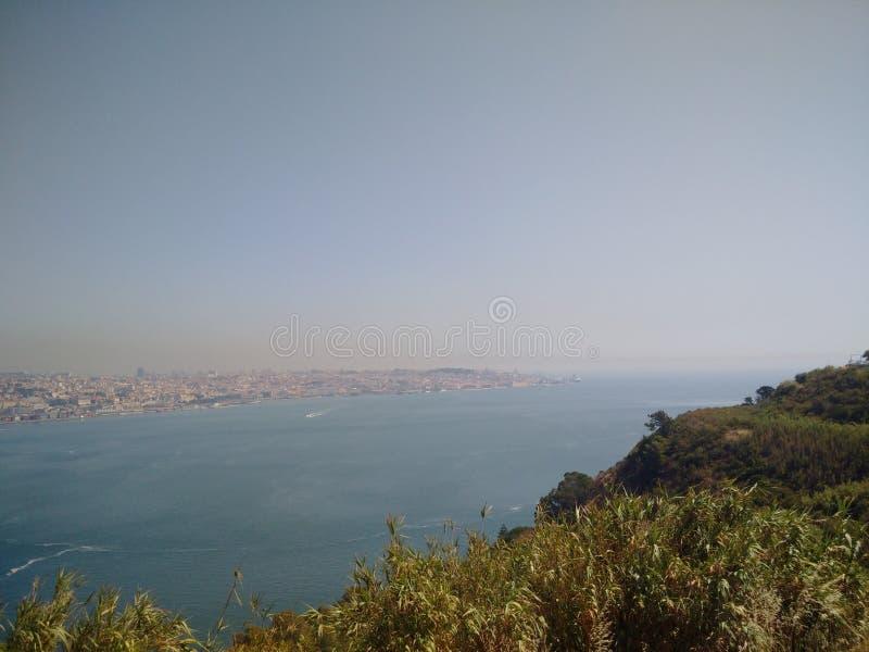 Lissabon durch den Fluss lizenzfreie stockbilder
