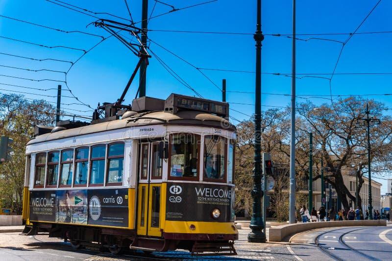 Lissabon gata med den typiska tappningspårvagnen, Portugal royaltyfri foto