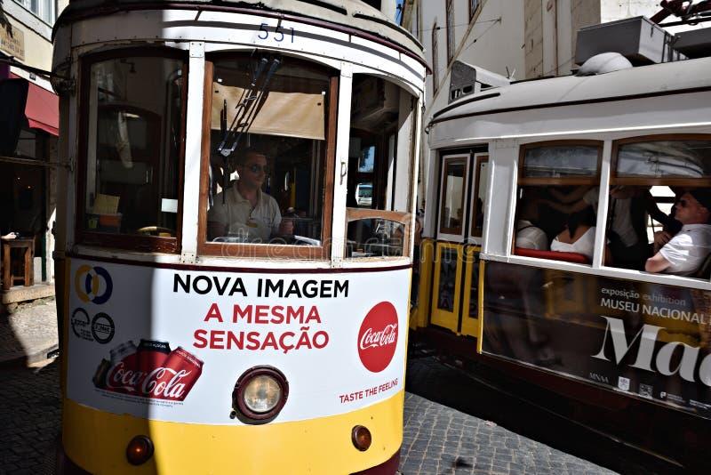 Lissabon gataplats med gamla spårvagnar royaltyfri fotografi