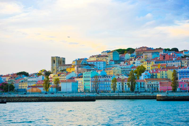 Lissabon horisont, färgrika kullebyggnader, domkyrkatorn, Alfama och slottgrannskapar arkivfoto