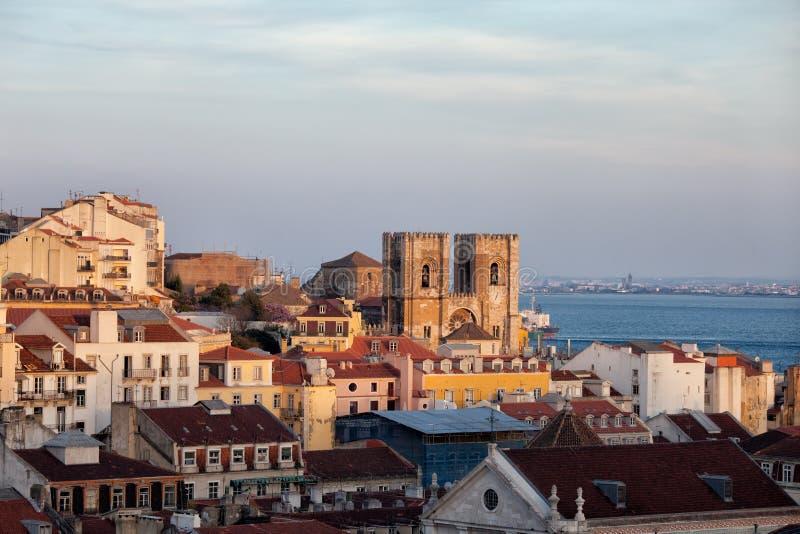 Lissabon horisont på solnedgången royaltyfria foton