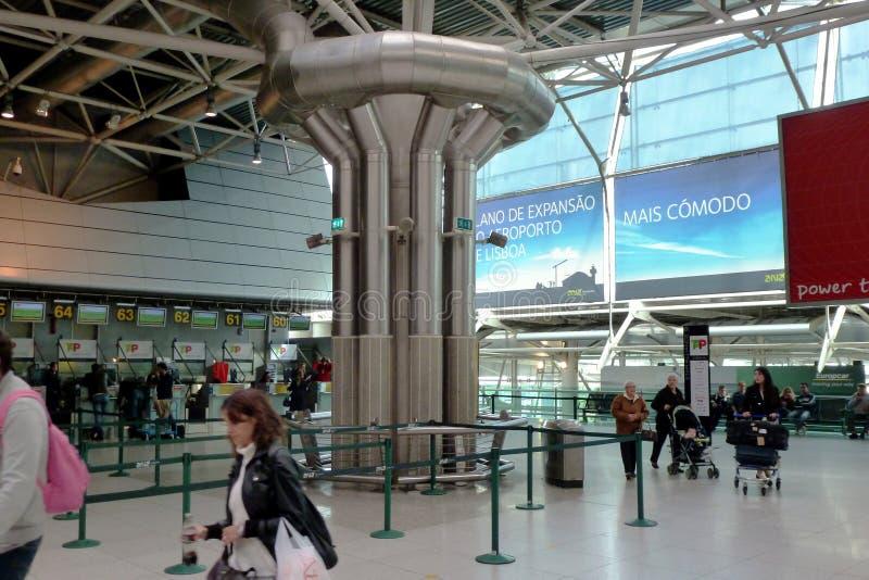 Lissabon, Internationaal Luchthavenbinnenland met grote zaal, controle in lijnen en passagiers royalty-vrije stock foto's