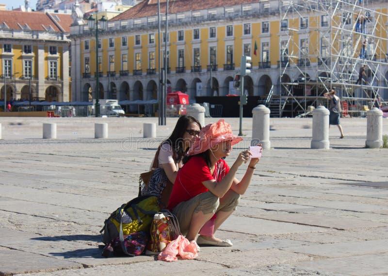 LISSABON - 10. JULI 2014: Die Touristen, die Fotos auf Praca machen, tun Ankömmling stockbilder
