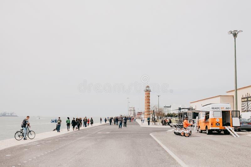Lissabon, am 18. Juni 2018: Damm im Belem-Bereich Die Bewohner und die Touristen gehen Auf der linken Seite ist lizenzfreies stockfoto