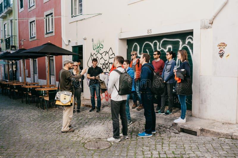 Lissabon, am 18. Juni 2018: Ein Führer von den Anwohnern erklärt Touristen auf einem kostenlosen Tour des Anblicks der Stadt Kost stockbilder