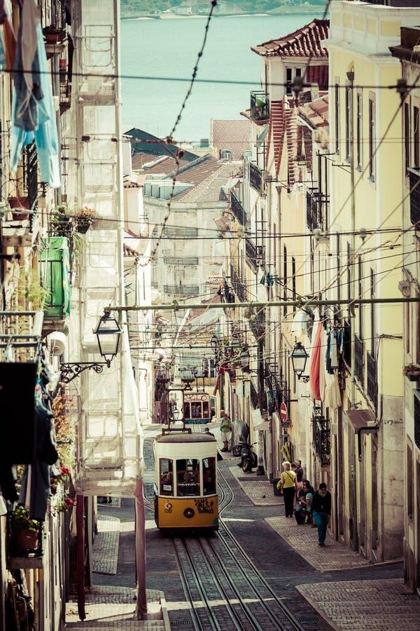 Lissabon Portugal-April 12,2015: Den Bica bergbanan (Elevador da Bi royaltyfri fotografi