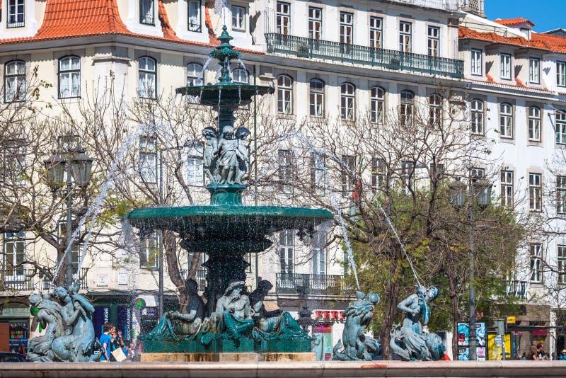 Lissabon Portugal-April 12,2015: Den Rossio fyrkanten med springbrunnen lokaliserar fotografering för bildbyråer
