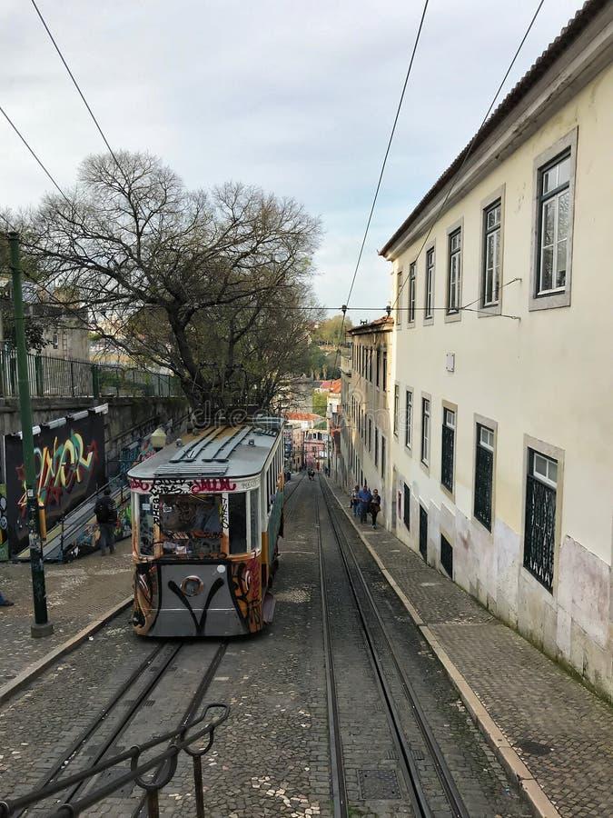 Lissabon Portugal - April 19, 2018: Elevador da Gloria sluttande sikt Lissabon townscape fotografering för bildbyråer