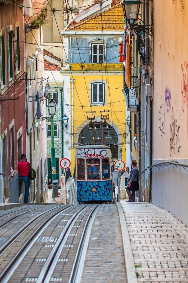 Lissabon Portugal-April 12,2015: Lisbo för Ascensor da Bica bairroalt arkivfoto