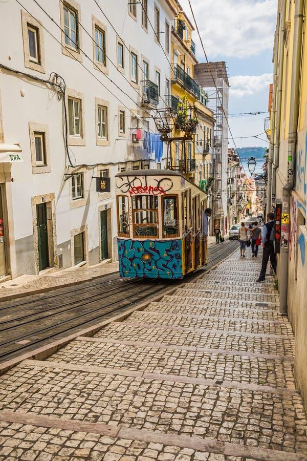 Lissabon Portugal-April 12,2015: Lisbo för Ascensor da Bica bairroalt royaltyfri bild