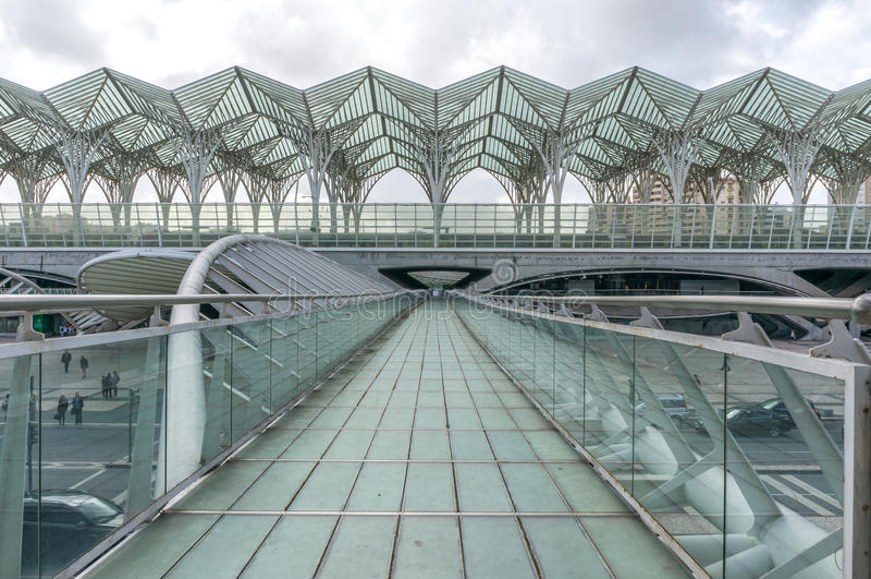LISSABON PORTUGAL - APRIL 1, 2013: Oriente drevstation Denna station planlades av Santiago Calatrava för världen för expo '98 arkivbilder