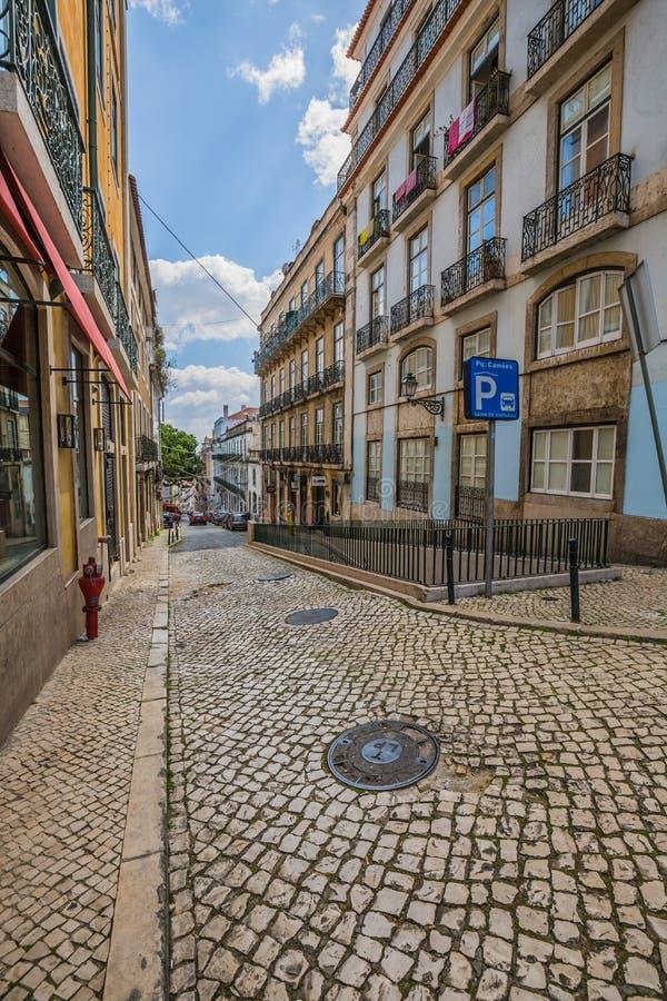 Lissabon Portugal-April 12,2015: smal gammal kullerstenstengata in royaltyfri fotografi