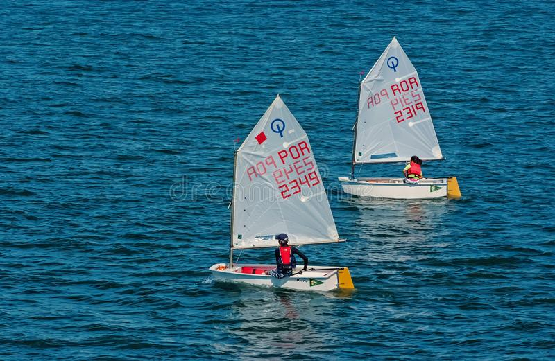 Lissabon Portugal - April 03, 2010: yachter i det blåa havet Barnidrottsman nen deltar i lopp på solig dag Havssegling royaltyfri fotografi