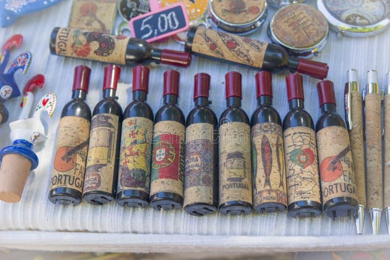 Lissabon, Portugal - 5. August 2017: Dekorative Andenkenflaschen mit Portugal-Symbol auf dem Markt stockbilder