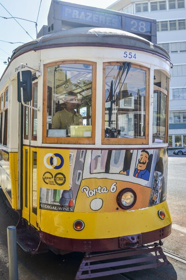 LISSABON, PORTUGAL - 7. AUGUST 2017: Der Tramfahrer in einer alten berühmten gelben Aufzugstram 28 lizenzfreie stockbilder