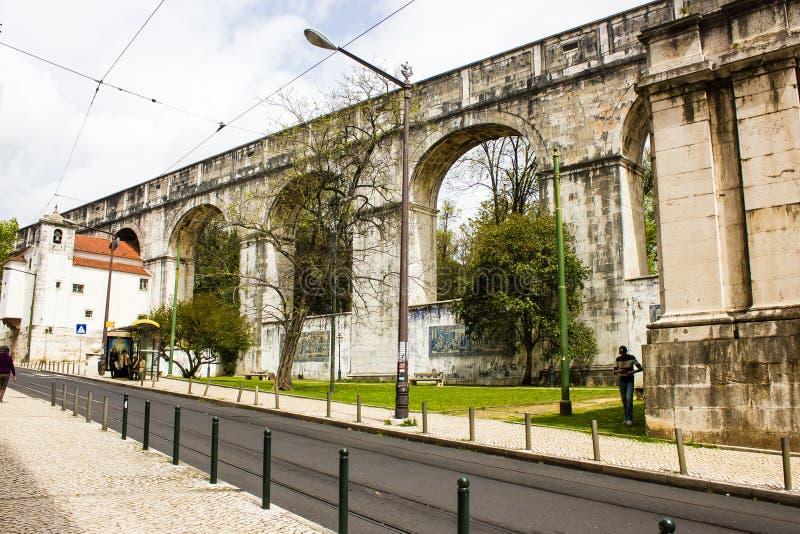 Lissabon Portugal: Bågarna av den grånade aquaducten i ett centralt område royaltyfria bilder