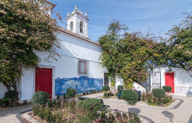 Lissabon Portugal Borggård med blommor av kyrkan av beställningen av Malta i soligt väder royaltyfri bild