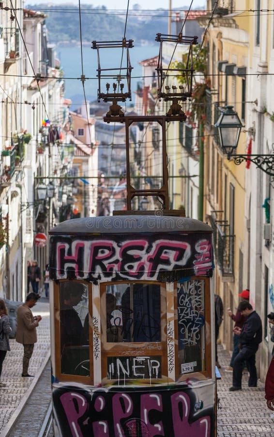 LISSABON, PORTUGAL - de Kabelbaan van April 2018 in het stadscentrum van Lissabon, Nationaal Monument in Portugal en een populair stock foto