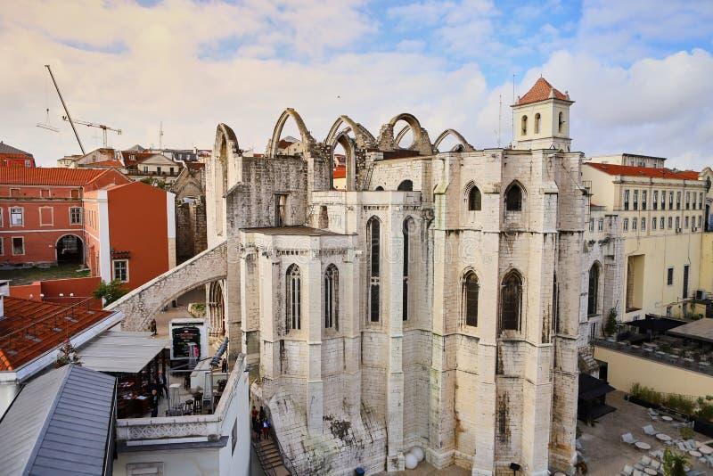 Lissabon Portugal - December 12 2018: Fördärvar av den gotiska kyrkan av vår dam av monteringen Carmel Igreja gör Carmo arkivfoton