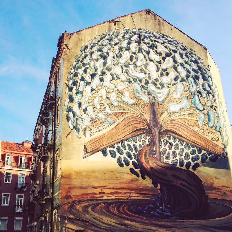 Lissabon Portugal - 06 December 2016: Gatakonst, grafitti på th royaltyfri fotografi