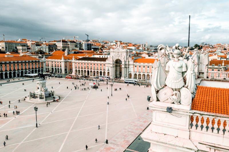 LISSABON PORTUGAL - 08/20/2018 - den flyg- sikten av den berömda Pracaen gör den Comercio kommersfyrkanten royaltyfria bilder