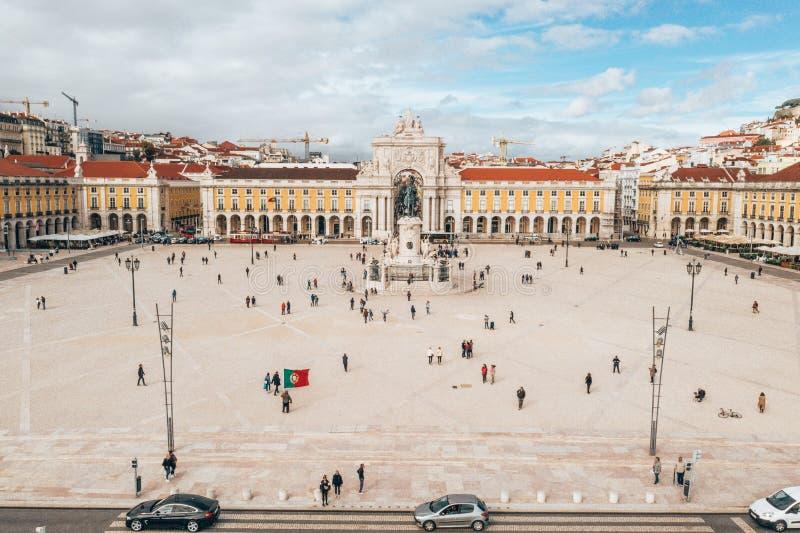 LISSABON PORTUGAL - 08/20/2018 - den flyg- sikten av den berömda Pracaen gör den Comercio kommersfyrkanten royaltyfri fotografi